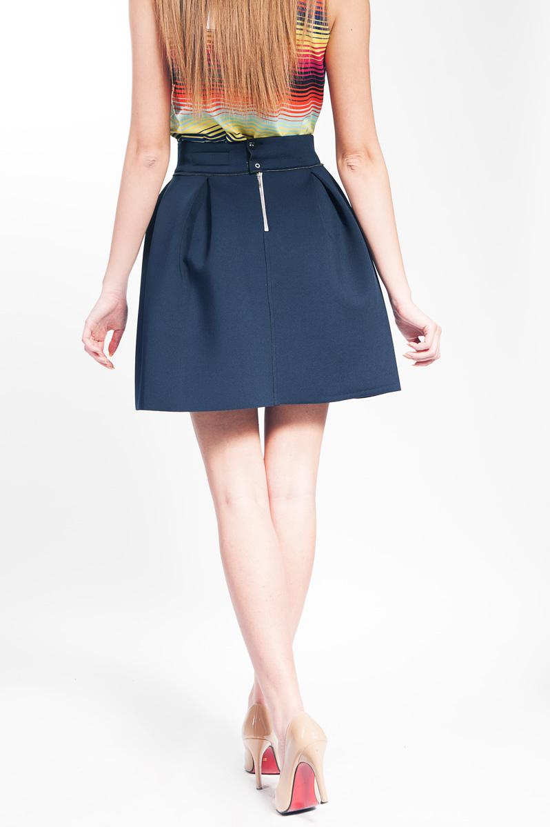 Fuste dama Fustele sunt piese de baza in garderoba oricarei femei: elegante si rafinate sau sport si casual, o fusta bine aleasa poate sublinia stilul si personalitatea femeii care o poarta.
